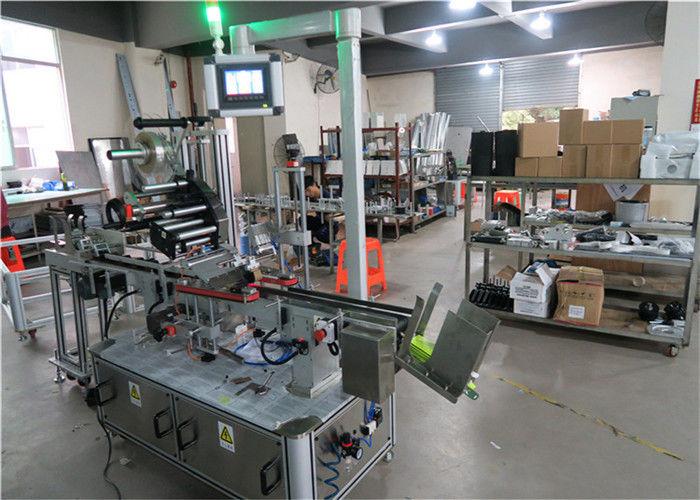 Automatický horný etiketovací stroj na ploché nanášanie štítkov