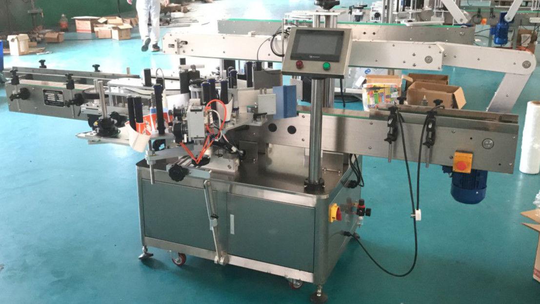 Stroj na nanášanie štítkov s prednou a zadnou stranou s korekčným mechanizmom