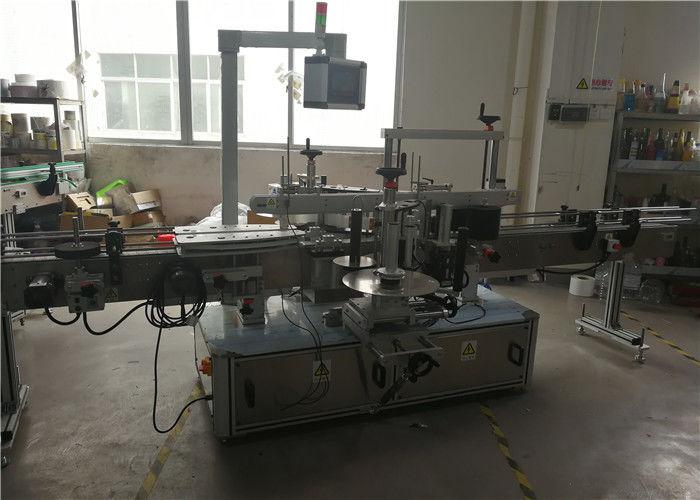 Stroj na označovanie plastových fliaš pre chemické výrobky
