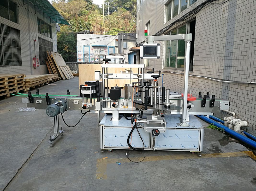 Automatický štítkovací stroj na označovanie plochých fliaš integrovaný spredu a zozadu